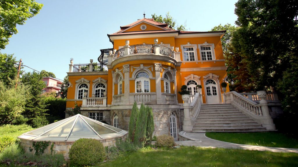 Owner Advertises Sprawling Budapest Mansion In The New