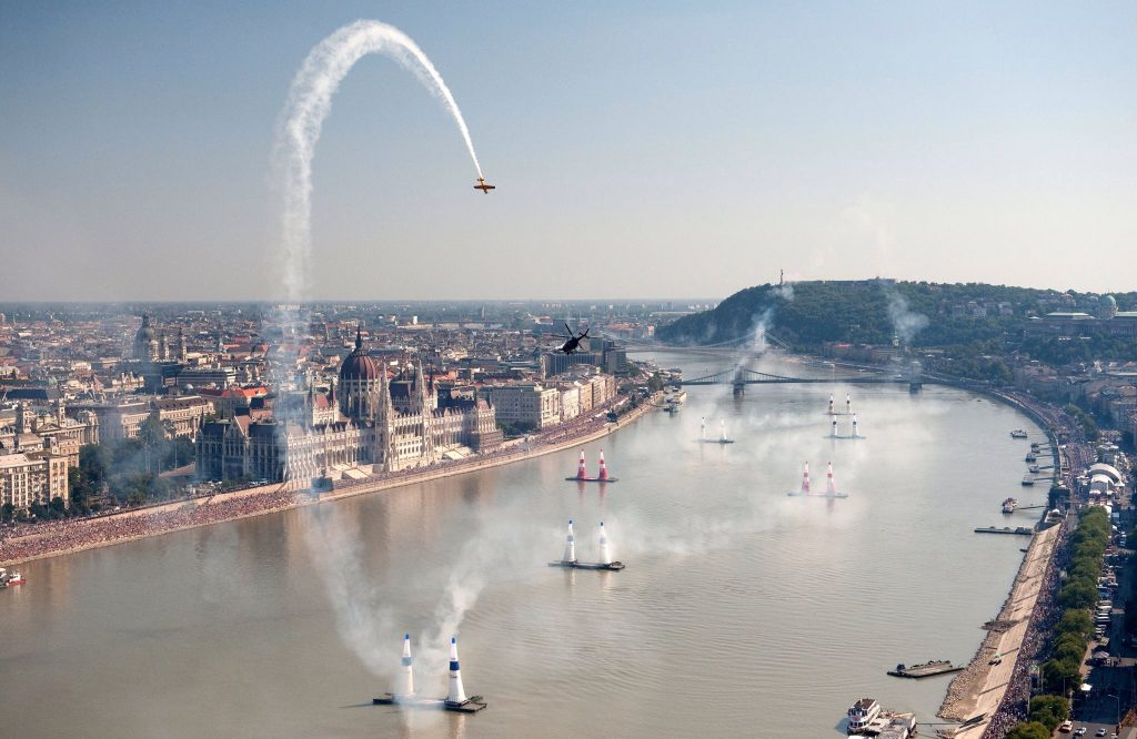 Red Bull Air Race: World's Best Aerobatics Pilots To Compete Over Budapest At The Weekend – Programme! post's picture