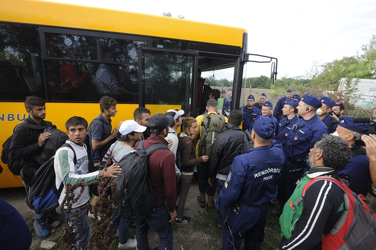 Illegális bevándorlás - Migránsok egy csoportja elhagyta a r