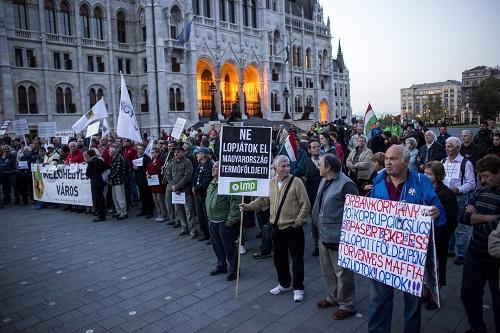 Az állami földek eladása ellen demonstráltak ellenzéki pár