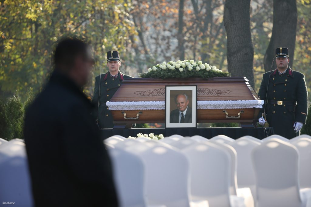 Thousands Of Mourners Gather As Late President Árpád Göncz Is Laid To Rest In Budapest post's picture
