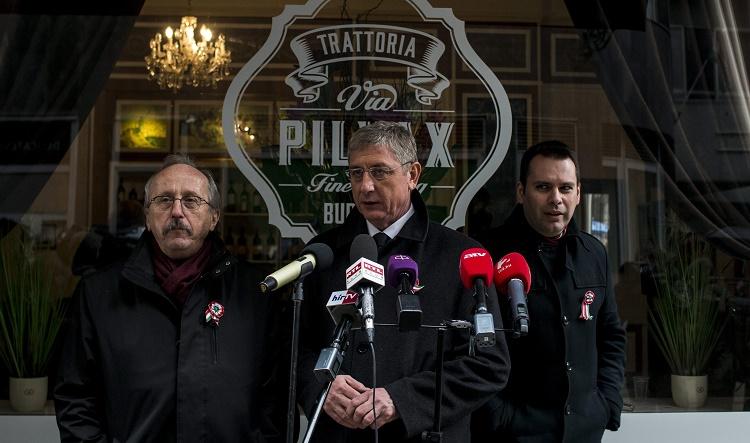 Budapest, 2016. március 15. Gyurcsány Ferenc, a Demokratikus Koalíció (DK) elnöke (k), valamint Niedermüller Péter (b) és Molnár Csaba (j), a DK alelnökei az 1848-49-es forradalom és szabadságharc kitörésének 168. évfordulója alkalmából rendezett megemlékezésen Pilvax kávéháznál 2016. március 15-én. MTI Fotó: Marjai János