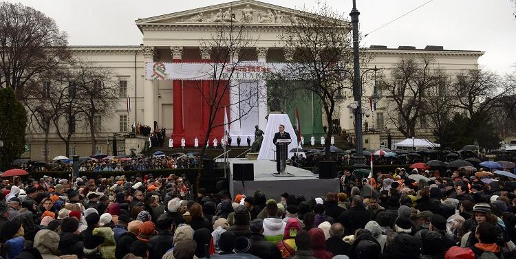 Budapest, 2016. március 15. Orbán Viktor miniszterelnök beszédet mond az 1848-49-es forradalom és szabadságharc kitörésének 168. évfordulóján rendezett állami ünnepségen Budapesten, a Múzeumkertben 2016. március 15-én. MTI Fotó: Kovács Tamás