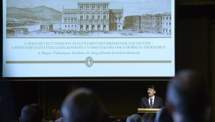 Budapest, 2016. május 9. Áder János köztársasági elnök felszólal a Magyar Tudományos Akadémia (MTA) 187. közgyûlésének víztudományi konferenciáján az MTA dísztermében 2016. május 9-én. MTI Fotó: Bruzák Noémi