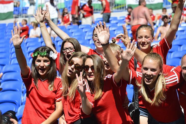 Lyon, 2016. június 22. Magyar szurkolók a franciaországi labdarúgó Európa-bajnokság F csoportja harmadik fordulójában játszott Magyarország - Portugália mérkõzés kezdete elõtt a stadionban, Lyonban 2016. június 22-én. MTI Fotó: Illyés Tibor