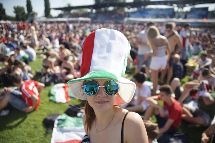 Budapest, 2016. június 22. Magyar szurkolók a franciaországi labdarúgó Európa-bajnokság F csoportja harmadik fordulójában játszott Magyarország-Portugália mérkõzés kezdete elõtt Lyonban 2016. június 22-én. MTI Fotó: Balogh Zoltán