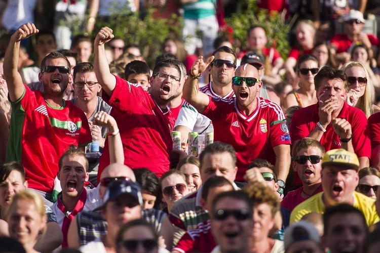 Eger, 2016. június 22. Kivetítõn nézik a szurkolók a franciaországi labdarúgó Európa-bajnokság F csoportja harmadik fordulójában játszott Magyarország - Portugália mérkõzést az egri Agria parkban 2016. június 22-én. MTI Fotó: Komka Péter