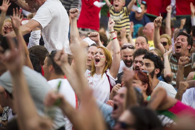 Eger, 2016. június 22. Szurkolók kivetítõn nézik a franciaországi labdarúgó Európa-bajnokság F csoportja harmadik fordulójában játszott Magyarország - Portugália mérkõzést az egri Agria parkban 2016. június 22-én. MTI Fotó: Komka Péter