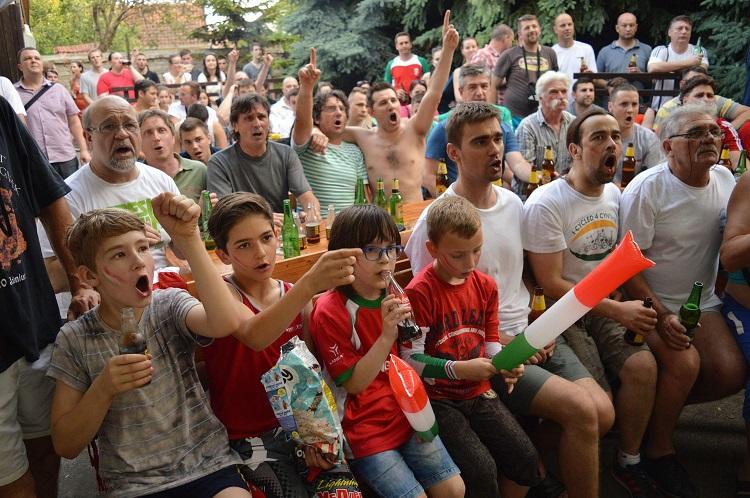 Magyarkanizsa, 2016. június 22. Vajdasági szurkolók kivetítõn nézik a franciaországi labdarúgó Európa-bajnokság F csoportja harmadik fordulójában játszott Magyarország - Portugália mérkõzést Magyarkanizsán 2016. június 22-én. A találkozó 3-3-as döntetlennel ért véget. MTI Fotó: Molnár Edvárd