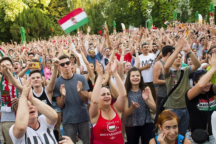Eger, 2016. június 22. Szurkolók kivetítõn nézik a franciaországi labdarúgó Európa-bajnokság F csoportja harmadik fordulójában játszott Magyarország - Portugália mérkõzést az egri Agria parkban 2016. június 22-én. A találkozó 3-3-as döntetlennel ért véget. MTI Fotó: Komka Péter