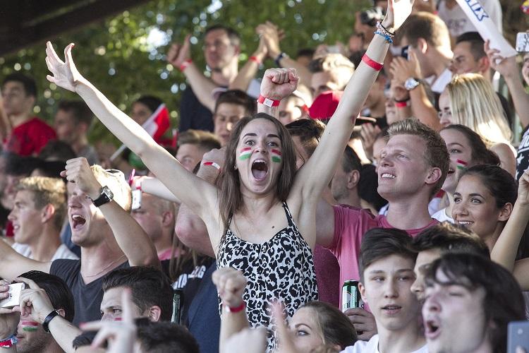 Budapest, 2016. június 22. Szurkolók örülnek a magyar gólnak a franciaországi labdarúgó Európa-bajnokság F csoportja harmadik fordulójában megrendezett Magyarország - Portugália mérkõzés közben a Margitszigeten 2016. június 22-én. MTI Fotó: Ruzsa István