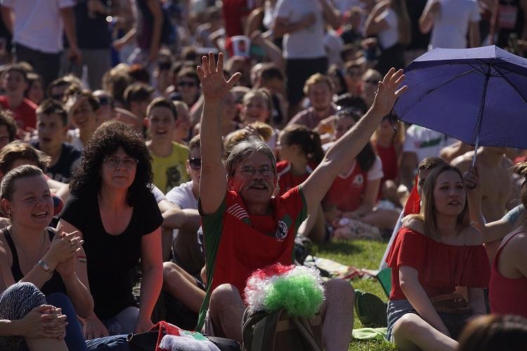 Budapest, 2016. június 22. Szurkolók a franciaországi labdarúgó Európa-bajnokság F csoportja harmadik fordulójában megrendezett Magyarország - Portugália mérkõzés kezdete elõtt a Margitszigeten 2016. június 22-én. MTI Fotó: Balogh Zoltán