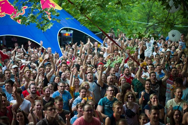 Orfû, 2016. június 22. Szurkolók örülnek a magyar gólnak a franciaországi labdarúgó Európa-bajnokság F csoportja harmadik fordulójában megrendezett Magyarország - Portugália mérkõzés közben a Fishing on Orfû fesztiválon 2016. június 22-én. MTI Fotó: Sóki Tamás