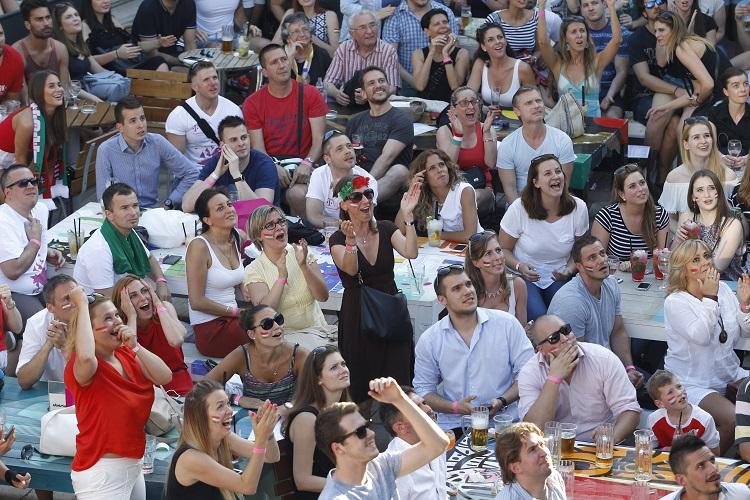 Budapest, 2016. június 22. Kivetítõn nézik a szurkolók a franciaországi labdarúgó Európa-bajnokság F csoportja harmadik fordulójában játszott Magyarország - Portugália mérkõzést a budapesti Gödörben 2016. június 22-én. MTI Fotó: Szigetváry Zsolt