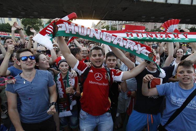 Budapest, 2016. június 22. Ünneplõ szurkolók a franciaországi labdarúgó Európa-bajnokság F csoportja harmadik fordulójában játszott Magyarország - Portugália mérkõzés végén Budapesten, a Nyugati téren 2016. június 22-én. A találkozó 3-3-as döntetlennel ért véget. MTI Fotó: Szigetváry Zsolt