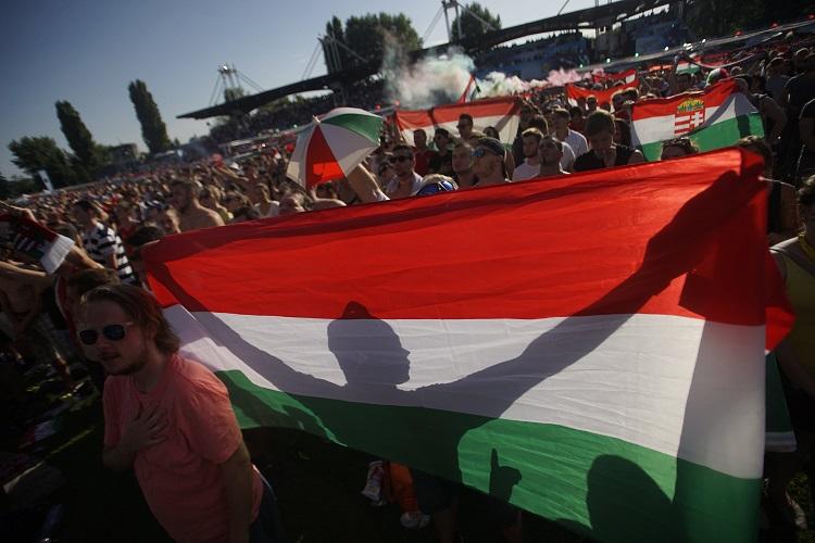 Budapest, 2016. június 22. Magyar szurkolók a franciaországi labdarúgó Európa-bajnokság F csoportja harmadik fordulójában megrendezett Magyarország - Portugália mérkõzés közben a Margitszigeten 2016. június 22-én. MTI Fotó: Balogh Zoltán