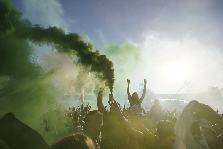 Budapest, 2016. június 22. Szurkolók örülnek a magyar gólnak a franciaországi labdarúgó Európa-bajnokság F csoportja harmadik fordulójában megrendezett Magyarország - Portugália mérkõzés közben a Margitszigeten 2016. június 22-én. MTI Fotó: Balogh Zoltán