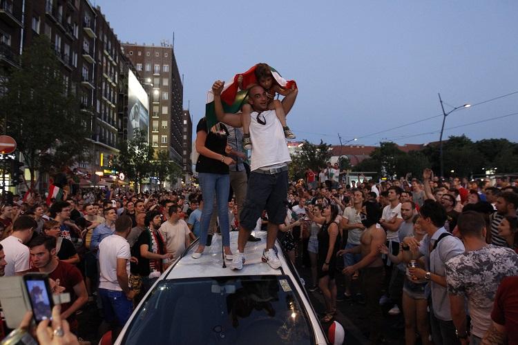 Budapest, 2016. június 22. Ünneplõ szurkolók a franciaországi labdarúgó Európa-bajnokság F csoportja harmadik fordulójában játszott Magyarország - Portugália mérkõzés végén Budapesten, a Deák téren 2016. június 22-én. A találkozó 3-3-as döntetlennel ért véget. MTI Fotó: Szigetváry Zsolt