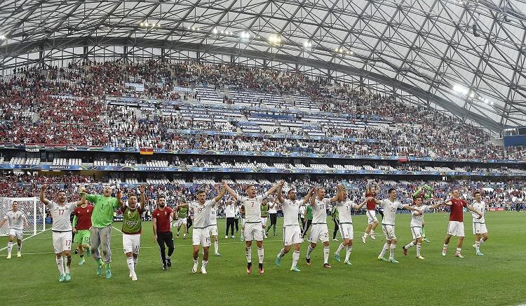 Marseille, 2016. június 18. A magyar labdarúgó-válogatott tagjai ünnepelnek, miután 1-1-es döntetlent játszottak a franciaországi labdarúgó Európa-bajnokság F csoportja második fordulójában játszott Izland - Magyarország mérkõzésen a marseille-i Velodrome Stadionban 2016. június 18-án. MTI Fotó: Illyés Tibor