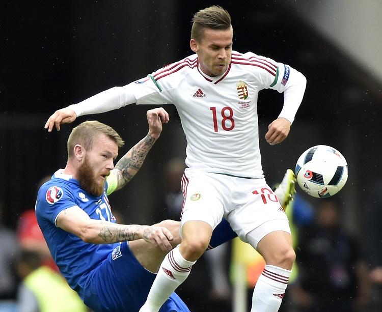 Marseille, 2016. június 18. Az izlandi Aron Gunnarsson (b) és Stieber Zoltán a franciaországi labdarúgó Európa-bajnokság F csoportja második fordulójában játszott Izland - Magyarország mérkõzésen a marseille-i Velodrome Stadionban 2016. június 18-án. A magyar labdarúgó-válogatott a hajrában egyenlítve 1-1-es döntetlent ért el Izland ellen. MTI Fotó: Illyés Tibor