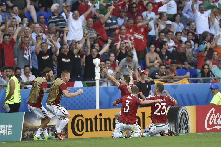 Lyon, 2016. június 22. A góllövõ Gera Zoltán (k) és csapattársai a franciaországi labdarúgó Európa-bajnokság F csoportja harmadik fordulójában játszott Magyarország - Portugália mérkõzésen, Lyonban 2016. június 22-én. MTI Fotó: Illyés Tibor