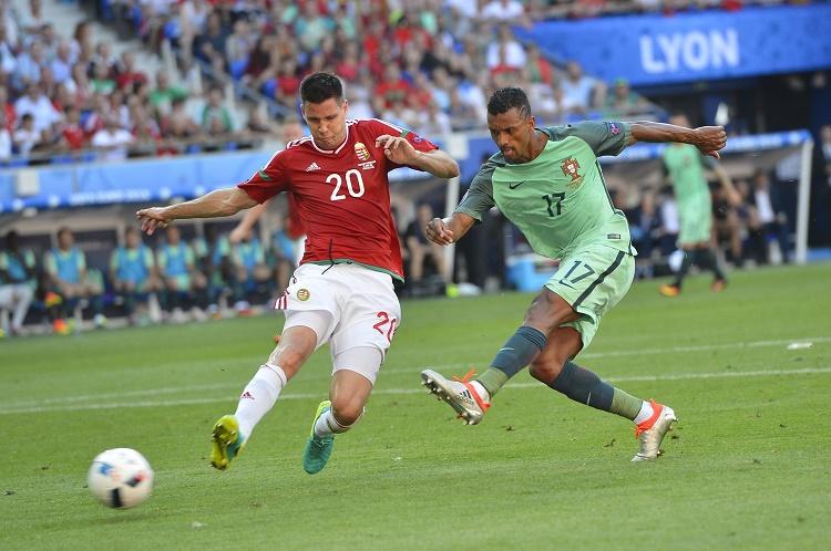 Lyon, 2016. június 22. A portugál Nani (j) gólt lõ, mellette Guzmics Richárd a franciaországi labdarúgó Európa-bajnokság F csoportja harmadik fordulójában játszott Magyarország - Portugália mérkõzésen, Lyonban 2016. június 22-én. MTI Fotó: Illyés Tibor
