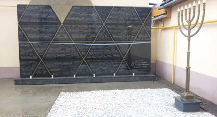 holokauszt-helyi-aldozatainak-allitottak-emlekmuvet-beregszaszon