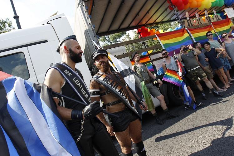 Budapest, 2016. július 2. Résztvevõk a 21. Budapest Pride felvonulás indulása elõtt, az Andrássy úton, a Hõsök terénél 2016. július 2-án. MTI Fotó: Szigetváry Zsolt