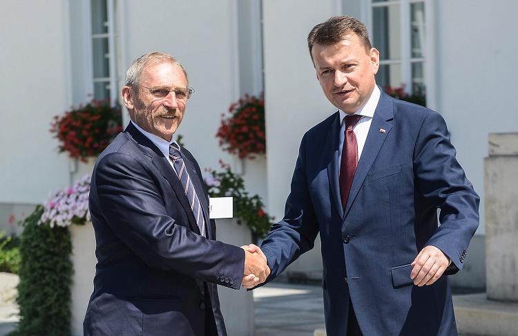 Varsó, 2016. július 11. Mariusz Blaszczak lengyel belügyminiszter (j) üdvözli Pintér Sándor belügyminisztert a visegrádi négyek (V4) belügyminisztereinek találkozója elõtt a varsói Belwedere államfõi palotában 2016. július 11-én. (MTI/EPA/Jakub Kaminski)