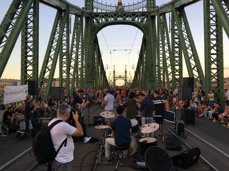 The Bridge Picnic Returns! Budapest's Liberty Bridge to Be Closed On Weekends this Summer post's picture