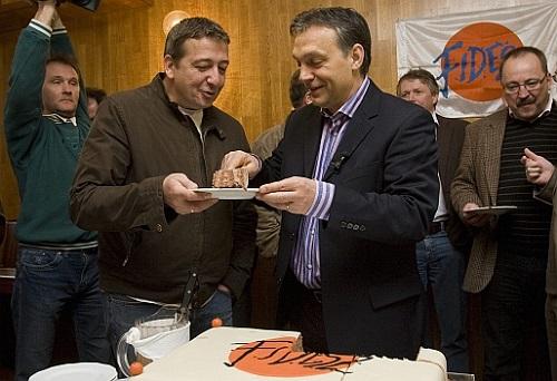 Budapest, 2009. március 29. Orbán Viktor, a Fidesz elnöke egy szelet tortát tesz Bayer Zsoltnak, a Magyar Hírlap publicistájának tányérjára a párt 21. születésnapi ünnepségén a Bibó István Kollégiumban MTI Fotó: Szigetváry Zsolt