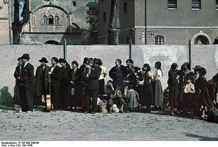 Bundesarchiv_R_165_Bild-244-48,_Asperg,_Deportation_von_Sinti_und_Roma