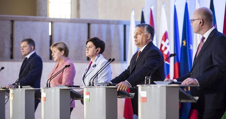 Varsó, 2016. augusztus 26. A Miniszterelnöki Sajtóiroda által közreadott képen Robert Fico szlovák miniszterelnök, Angela Merkel német kancellár, valamint Beata Szydlo lengyel, Orbán Viktor magyar és Bohuslav Sobotka cseh kormányfõ (b-j) a visegrádi országok miniszterelnökei és a német kancellár találkozóján tartott sajtótájékoztatón Varsóban 2016. augusztus 26-án. MTI Fotó: Miniszterelnöki Sajtóiroda/Szecsõdi Balázs