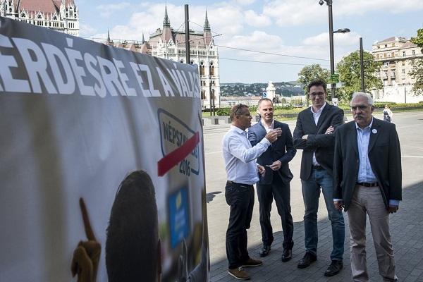 Budapest, 2016. szeptember 1. Juhász Péter, az Együtt - a Korszakváltók Pártjának alelnöke, Szigetvári Viktor, az Együtt elnöke, Karácsony Gergely, a Párbeszéd Magyarországért (PM) társelnöke és Bokros Lajos, a Modern Magyarország Mozgalom (MoMa) elnöke (b-j) a népszavazási kampányról tartott sajtótájékoztatón a budapesti Kossuth téren 2016. szeptember 1-jén. A három párt közös plakátkampánnyal próbálja rávenni a választókat, hogy bojkottálják az október 2-ai népszavazást. MTI Fotó: Marjai János