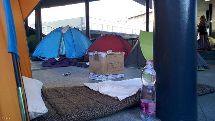"""Migrant Tents"" Spotted Once Again At Budapest's Keleti Railway Station – Photos! post's picture"