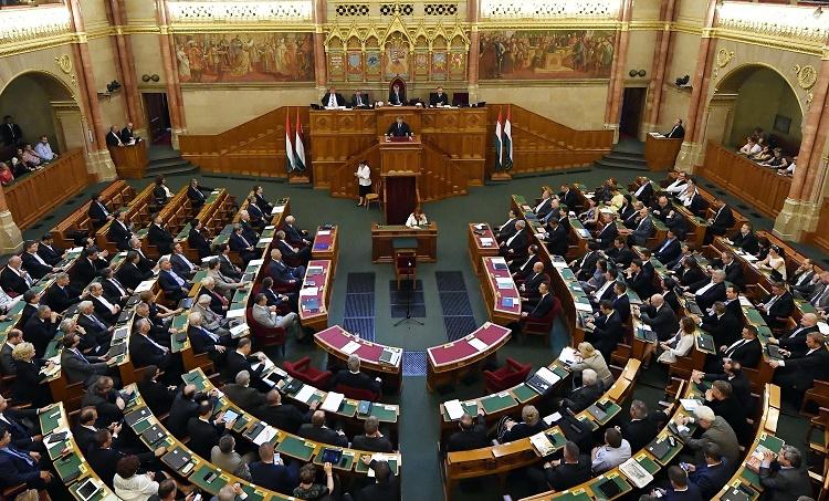 Budapest, 2016. szeptember 12. Orbán Viktor miniszterelnök (k) napirend elõtt felszólal az Országgyûlés plenáris ülésén 2016. szeptember 12-én. MTI Fotó: Illyés Tibor