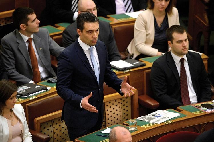 Budapest, 2016. február 15. Vona Gábor, a Jobbik frakcióvezetője reagál Orbán Viktor miniszterelnök napirend előtti felszólalására az Országgyűlés plenáris ülésén 2016. február 15-én. MTI Fotó: Bruzák Noémi