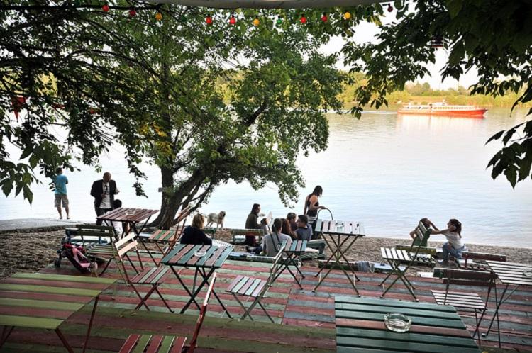 Budapest, 2012. május 9. A Fellini Római Kultúrbisztró a Duna partján, a Római-parton. MTI Fotó: Máthé Zoltán