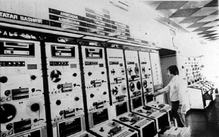 München, 1981. december 24. Az amerikai kongresszus által a II. világháború után létrehozott, az elnyomott népek tájékoztatását szolgáló Szabad Európa Rádió 1951. október 6-án kezdte meg rendszeres magyar nyelvû adásait, a Szabad Magyarország hangja néven. A rádió több mint 40 éven át betöltötte feladatát: a kommunizmus elbukott. A Szabad Európa Rádió 1993. október 31-én szüntette meg magyar adását. A képen: a Szabad Európa Rádió és Szabadság Rádió egyik technikusa magnószalagot készít elõ az egyik adás számára. A felvétel 1977-ben készült. (MTI FOTO/AP)