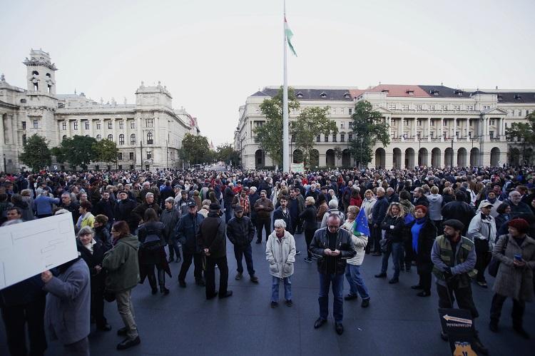 """Budapest, 2016. október 8. Szimpátiatüntetés a Népszabadság napilap mellett a Kossuth téren, a Parlamentnél 2016. október 8-án. A Mediaworks kiadó ezen a napon bejelentette, hogy felfüggeszti a Népszabadság nyomtatott és internetes formában történõ kiadását a lap új koncepciójának kialakításáig, illetve megvalósításáig azért, hogy """"valamennyi érintett ezen kiemelt feladatra tudjon koncentrálni"""". A kiadó tájékoztatása szerint a lap eddig 5 milliárd forintos veszteséget termelt. MTI Fotó: Balogh Zoltán"""