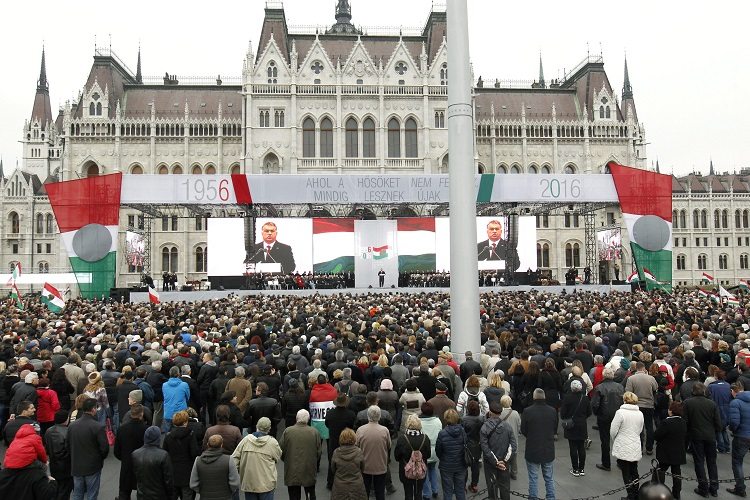 Budapest, 2016. október 23. Orbán Viktor miniszterelnök beszédet mond az 1956-os forradalom és szabadságharc 60. évfordulója alkalmából, 1956-2016 - A szabad Magyarországért! címmel tartott díszünnepségen az Országház elõtti Kossuth Lajos téren 2016. október 23-án. MTI Fotó: Szigetváry Zsolt