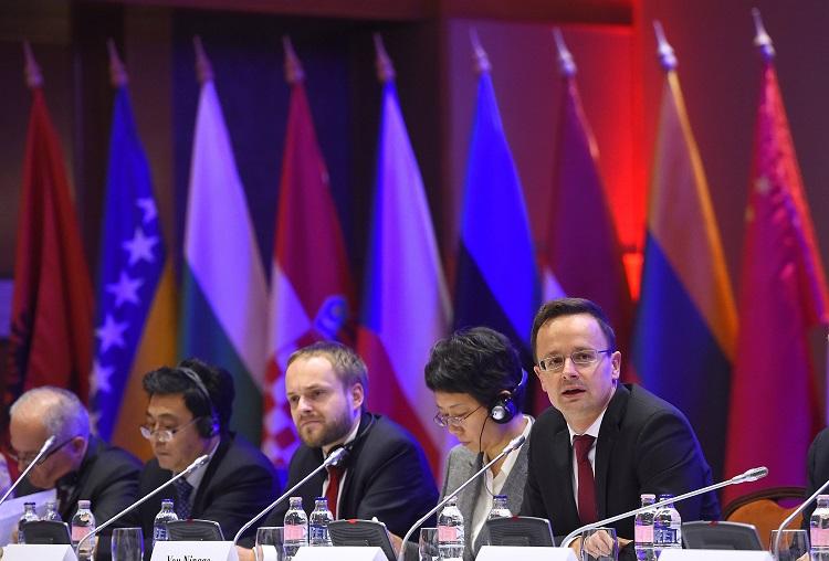 Budapest, 2016. október 6. Szijjártó Péter külgazdasági és külügyminiszter (j2) beszédet mond a Dialógus Kína és a Közép-Kelet-Európai Politikai Pártok Között címû konferencián az Intercontinental szállodában 2016. október 6-án. Mellette Jo Ning-kö, a Kínai Kommunista Párt Központi Bizottsága nemzetközi osztálya, információs központjának vezérigazgatója (j3) és Li Csün, a Kínai Kommunista Párt Központi Bizottsága nemzetközi osztályának miniszterhelyettese (j). MTI Fotó: Kovács Tamás