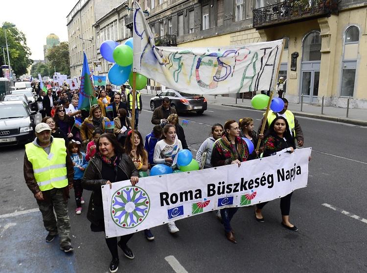 Budapest, 2016. október 15. Résztvevõk vonulnak a roma büszkeség napján a budapesti Üllõi úton 2016. október 15-én. MTI Fotó: Kovács Tamás