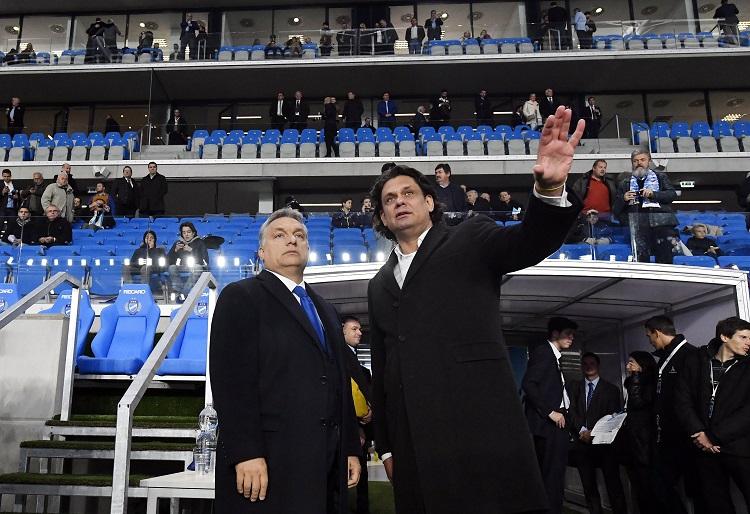 Budapest, 2016. október 13. Orbán Viktor miniszterelnök (b) és Deutsch Tamás, az MTK elnöke az új Hidegkuti Nándor Stadion megnyitóünnepségén 2016. október 13-án. MTI Fotó: Illyés Tibor