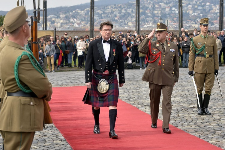 British Ambassador To Hungary Explains Scottish National Dress In Hungarian – Video! post's picture
