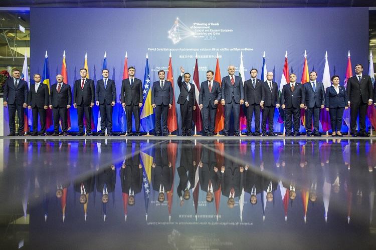 Riga, 2016. november 5. A Miniszterelnöki Sajtóiroda által közreadott csoportképen többek között Orbán Viktor miniszterelnök (j4), Maris Kucinskis lett miniszterelnök (j8) és Li Ko-csiang kínai kormányfõ (j9) a Kína-Kelet-Közép-Európa csúcstalálkozó végén Rigában 2016. november 5-én. MTI Fotó: Miniszterelnöki Sajtóiroda / Szecsõdi Balázs