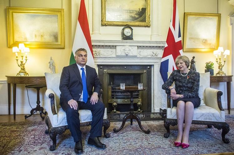 London, 2016. november 9. A Miniszterelnöki Sajtóiroda által közreadott képen Theresa May brit kormányfõ fogadja Orbán Viktor miniszterelnököt a londoni kormányfõi rezidencián, a Downing Street 10.-ben 2016. november 9-én. Orbán Viktor egynapos munkalátogatásra érkezett a brit fõvárosba. MTI Fotó: Miniszterelnöki Sajtóiroda / Szecsõdi Balázs
