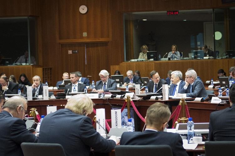 Brüsszel, 2016. november 14. A Külgazdasági és Külügyminisztérium (KKM) által közreadott képen Szijjártó Péter külgazdasági és külügyminiszter (j3), Didier Reynders belga (j2) és Alfonso Dastis spanyol külügyminiszter (j) beszélget az Európai Unió Külügyek Tanácsa (KÜT) brüsszeli munkaülésén 2016. november 14-én. Mellettük Jannisz Kaszulidesz ciprusi (b2), Martin Lidegaard dán (b3) és Witold Waszczykowski lengyel (b4) külügyminiszter. MTI Fotó: KKM / Burger Zsolt