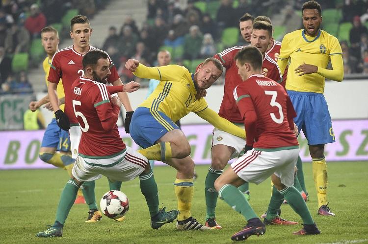 Budapest, 2016. november 15. A svéd Jakob Johansson (k) és Isaac Thelin (j), valamint Berecz Zsombor (b), Fiola Attila (b2), Hangya Szilveszter (elöl, j) és Pintér Ádám (j2) a Magyarország - Svédország barátságos labdarúgó-mérkõzésen a fõvárosi Groupama Arénában 2016. november 15-én. A svéd válogatott 2-0-ra gyõzött. Közvetlenül a mérkõzés elõtt elbúcsúztatták a magyar labdarúgó-válogatottól Király Gábort, Juhász Rolandot, Hajnal Tamást és Vanczák Vilmost, akik közül Király Gábor és Juhász Roland kezdõként lépett pályára. MTI Fotó: Kovács Tamás