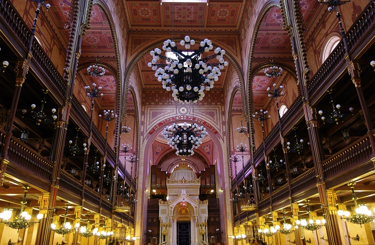 The interior of the Great Synagogue